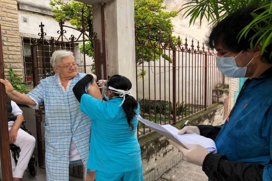 69356-educacion-sanitaria-y-vacunacion-casa-por-casa-en-barrios-de-la-capital