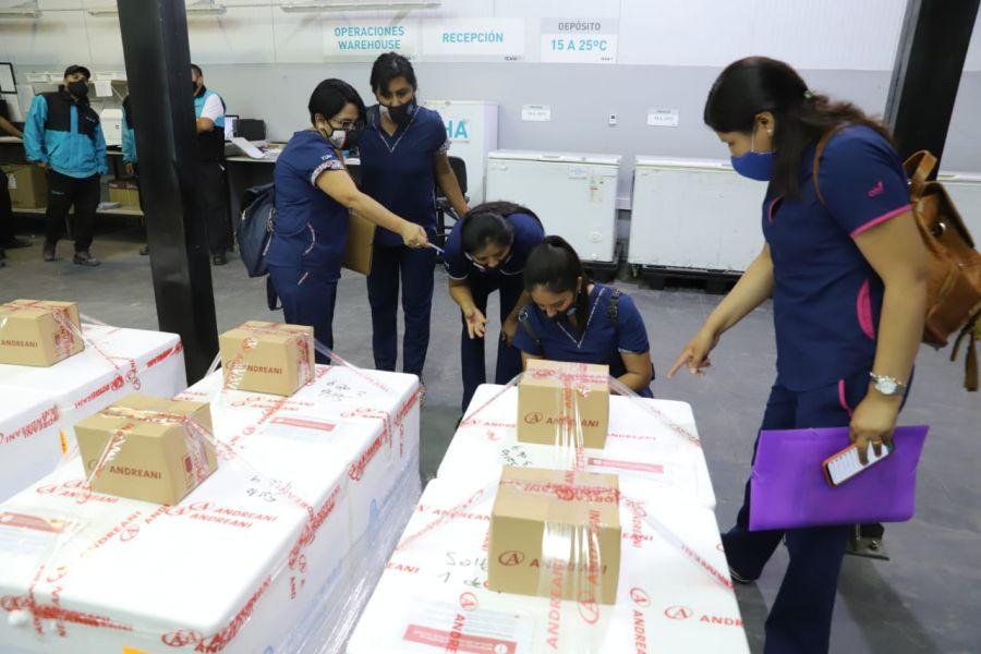 El equipo del Ministerio de Salud recibió las 4050 dosis y se realizará la distribución en los hospitales de Capital, Cafayate, Rosario de la Frontera, Orán y Tartagal para comenzar mañana con el proceso de vacunación.