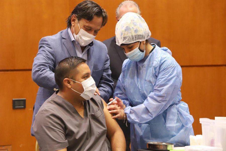 """El enfermero Matías Guaymás fue el primero en Capital en recibir la vacuna Sputnik-V, que """"fue distribuida en forma federal en toda la provincia"""" resaltó el Gobernador durante el lanzamiento oficial del operativo.  Consideró que """"hoy es un día histórico que nos llena de esperanza"""". Se vacunarán a 4050 integrantes de los equipos de salud de terapias"""