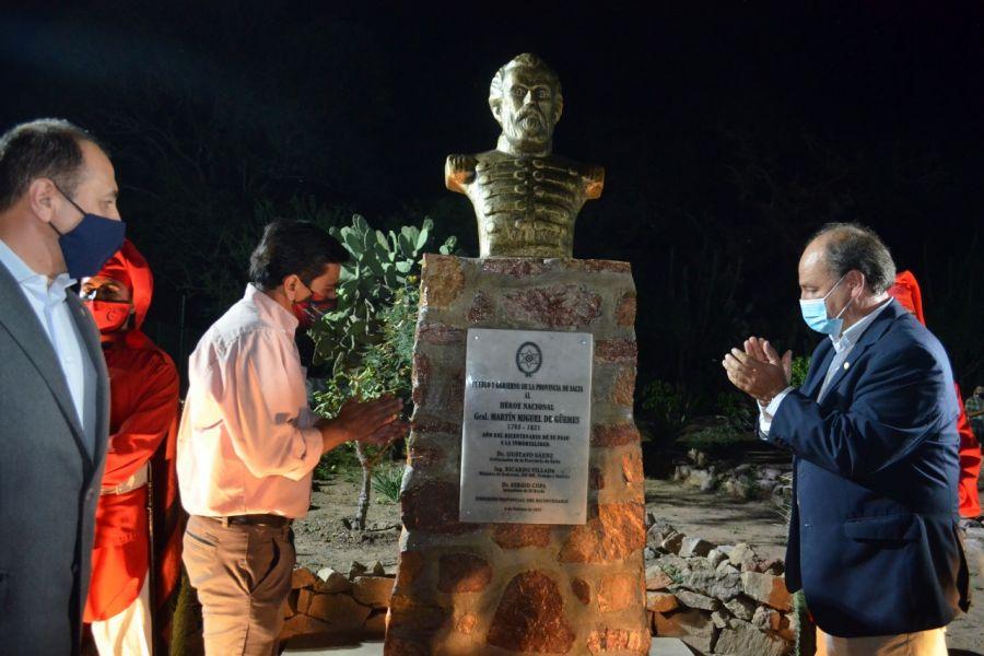 Con esta iniciativa y previo al natalicio del héroe  gaucho nacional, comenzaron los actos de homenaje por el bicentenario de su muerte. La estatua fue donada por la Comisión del Bicentenario.