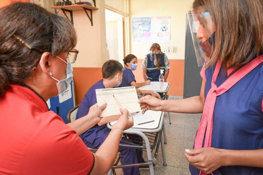 74976-inicio-la-vacunacion-a-docentes-en-la-escuela-capitalina-de-barrio-autodromo