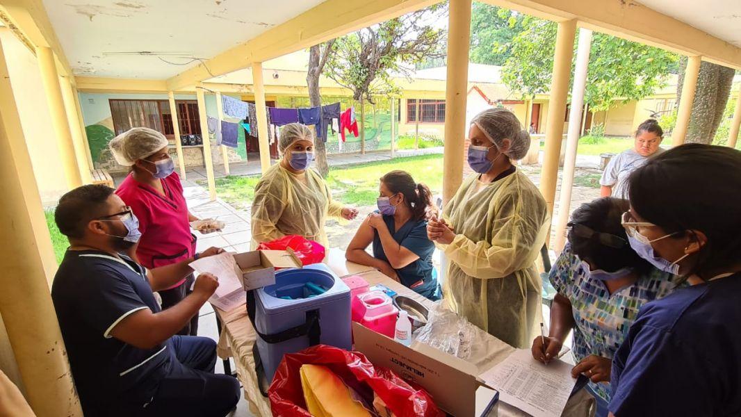 Más de 200 trabajadores de salud y 97 pacientes crónicos del monovalente, fueron inoculados. La aplicación del biológico a los internados, estuvo recomendada por organismos nacionales e internacionales que tratan Salud Mental.