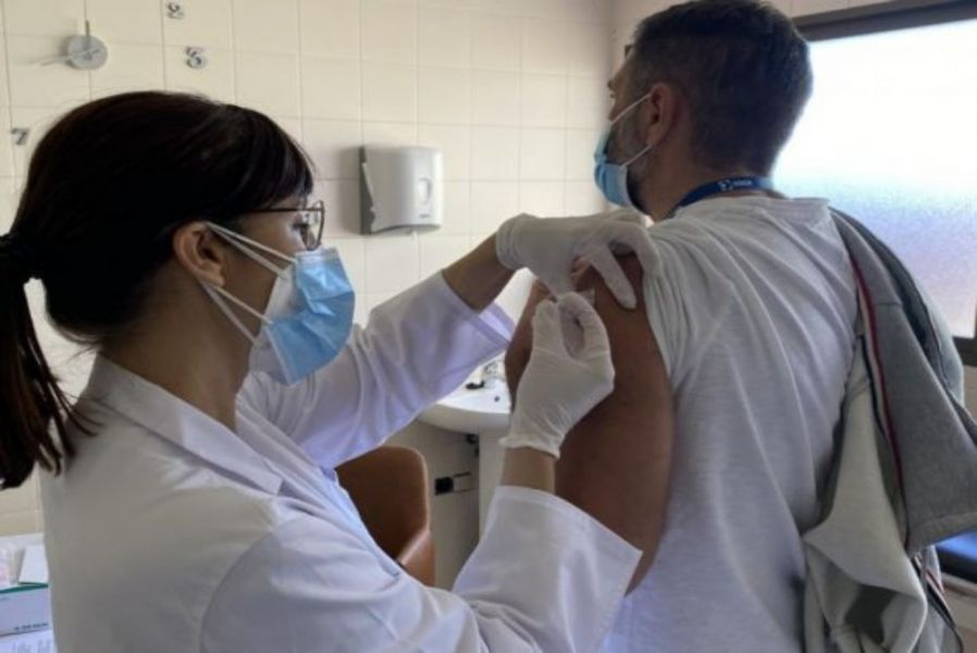 Conforme a la dispuesto por el Gobernador Gustavo Sáenz, a partir de las 9, en CUCAI Salta, dio comienzo la inmunización a personas trasplantadas residentes en la provincia.