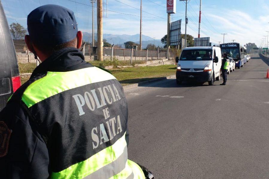 La Policía de Salta prosigue con el servicio de seguridad en el marco del operativo COVID-19 en la provincia. Anoche clausuraron 24 fiestas clandestinas y detectaron más de 2.200 incumplimientos a las medidas sanitarias.