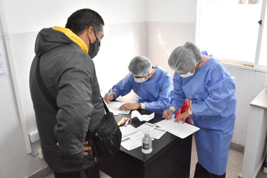 El operativo sanitario estuvo dirigido a personas mayores de 30 años y a otras personas incluidas en los grupos objetivos de vacunación. Además, se continuó con la vacunación de primera y segunda dosis al público objetivo.