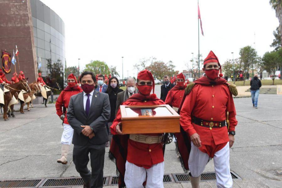 Es exhibido en el segundo bloque de Casa de Gobierno. La actividad fue programada por la Comisión Provincial de Homenaje del Bicentenario del fallecimiento del héroe gaucho, como parte de la difusión de su gesta por la independencia.