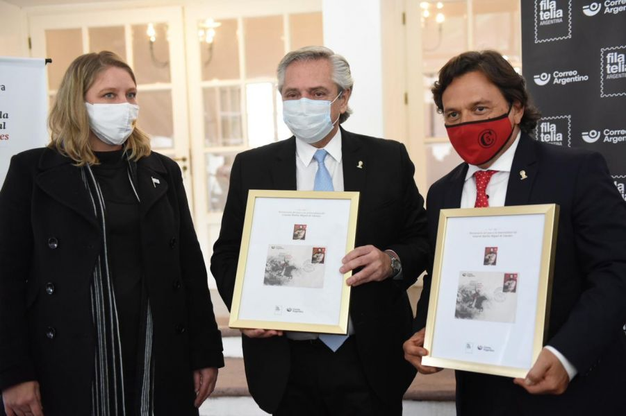 Es la primera vez que un presidente argentino hace un acto de matasellado y correspondió a la emisión postal del héroe gaucho que emitió el Correo Argentino con 20 mil sellos y 2 mil sobres del día de la emisión.