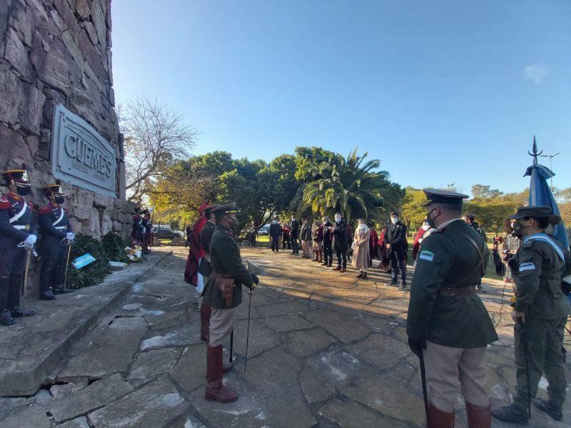 En Ciudad Autónoma, la Delegación de Casa de Salta realizó el homenaje al Bicentenario del Paso a la Inmortalidad del Héroe Nacional Martín Miguel de Güemes en el Monumento al Héroe Gaucho.