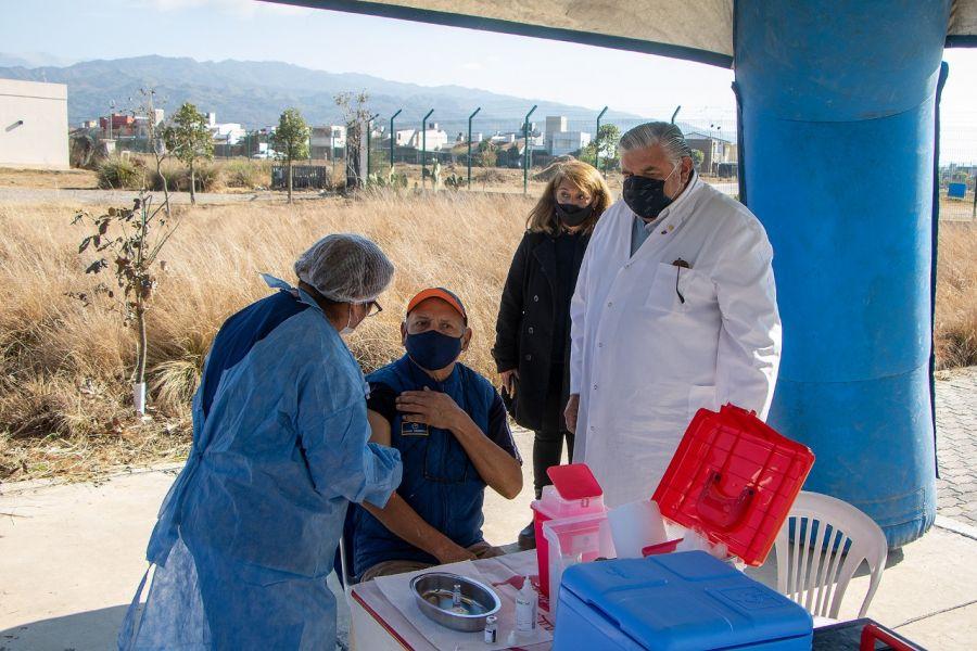 Durante el fin de semana, mayores de 18 años pueden concurrir al lugar, a libre demanda, para administrarse la primera dosis o completar esquema de AstraZeneca o Sinopharm. La estrategia de inmunización fue implementada en articulación con el Centro de Atención Ciudadana y distintas ONG.