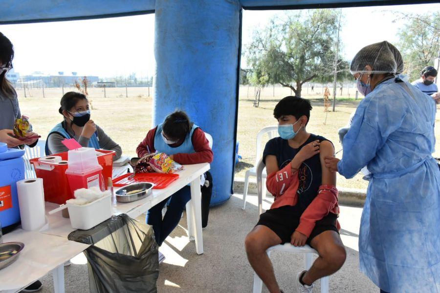 La vacunación a libre demanda estuvo destinada a mayores de 18 años, quienes se presentaron en los distintos centros de vacunación habilitados los días 17 y 18 de julio. Además, la Provincia recibió hoy 49.600 dosis de Sinopharm.