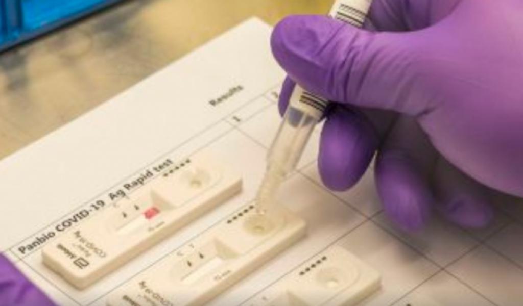 Del total de muestras tomadas y procesadas en estos espacios, se obtuvo una positividad del 20 por ciento. Los hisopados están dirigidos exclusivamente a personas que presentan sintomatología compatible con la enfermedad.