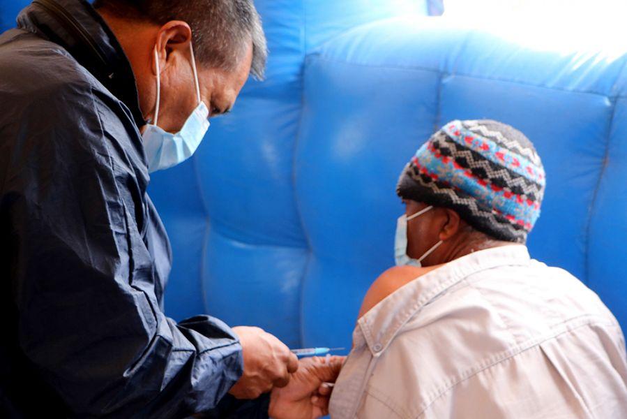 Mayores de 18 años, embarazadas y adolescentes de 12 a 17 años con factores de riesgo, se inocularon en los vacunatorios habilitados en el sistema público. Más de 6.500 personas iniciaron el esquema y 16.099 lo completaron.