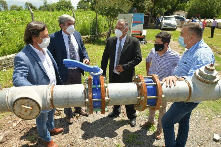 El gobernador Sáenz recorrió la obra de las cisternas circulares que abastecen de agua a la localidad