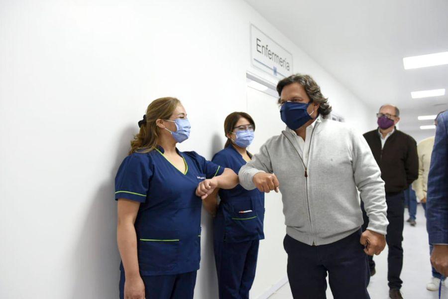 Sáenz saludó al personal sanitario.