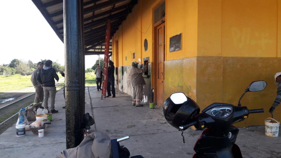 Pintura, construcción de rampas y desmalezamiento son las tareas que se realizan en la estación.