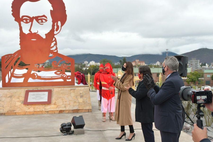 En Plaza España el gobernador Sáenz, el ministro Rossi y la intendenta de Salta inauguraron la figura de Güemes.
