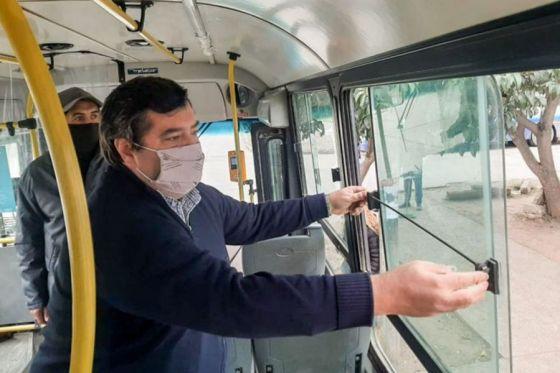 La AMT dispuso cambios en la normativa que indica mantener ventanas abiertas en los colectivos